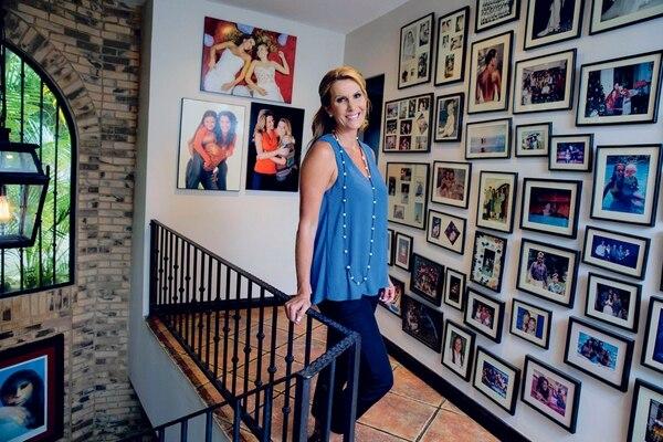 Figueroa colecciona los mejores recuerdos familiares en las paredes de su casa, en Escazú. Mayela Lópéz