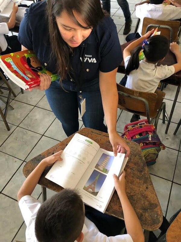 Gloriana Paz, coordinadora de Mercadeo de Parque Viva, participó en la entrega de los libros.