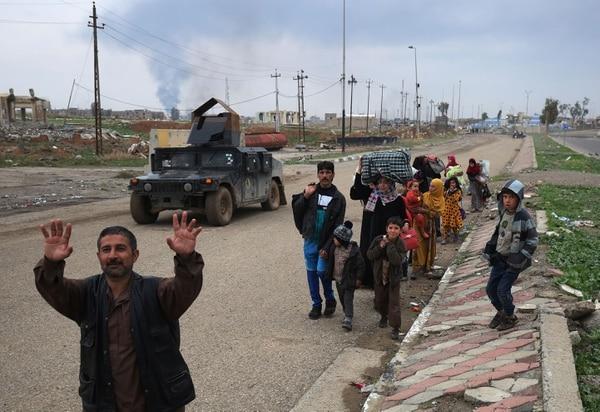 Ciudadanos iraquíes dejan la ciudad de Mosul ante los combates.