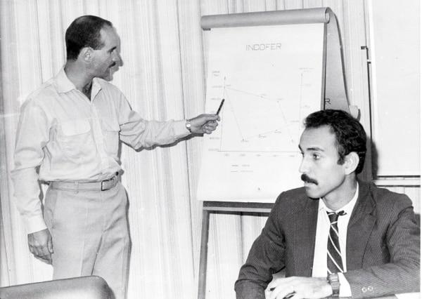 José María Figueres Olsen (izq.), directivo del Incofer en 1987 y José Francisco Nicolás Alvarado, presidente ejecutivo del Incofer en ese momento.