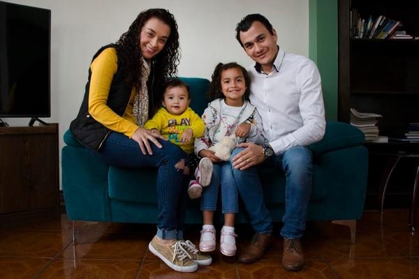 En la imagen de izquierda a derecha: Rosario Sanabria, sus hijas Isabella Barrientos Sanabria y Victoria Barrientos Sanbria, y su esposo Mauricio Barrientos Acosta. Foto: Rosario Sanabria para LN