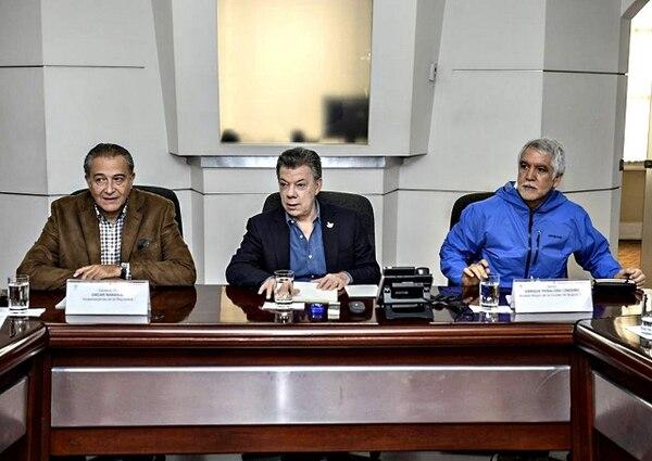 El presidente de Colombia Juan Manuel Santos, el vicepresidente Óscar Naranjo y el alcalde de Bogotá Enrique Peñalosa durante un Consejo de Seguridad.