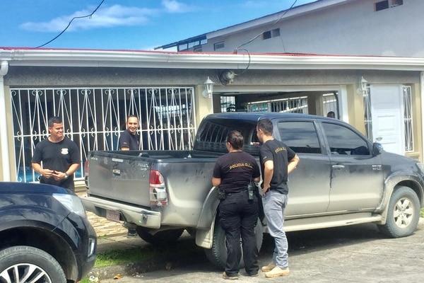Oficiales del Organismo de Investigación Judicial (OIJ) de Limón allanaron una vivienda en barrio Los Cocos en el centro de Limón, para buscar a un hombre que se encuentra desaparecido. Foto de Raúl Cascante