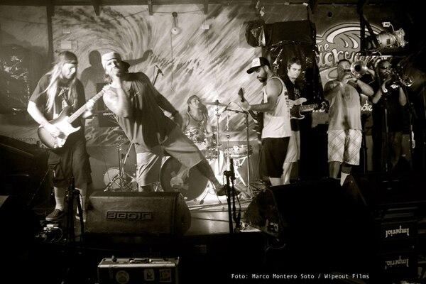 Dos de los seis integrantes de la banda Thicker Than Thieves son costarricenses. Fotografía tomada de: Facebook.com/thicker.than.thieves