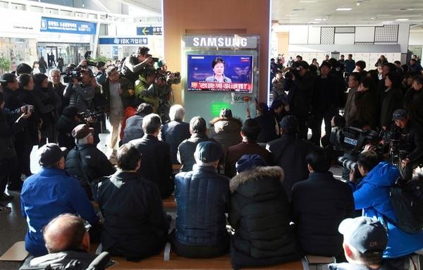 Fuera de la corte grupos afines a la presidenta y partidarios de su destitución se congregaron para seguir el fin del proceso, transmitido por televisión.