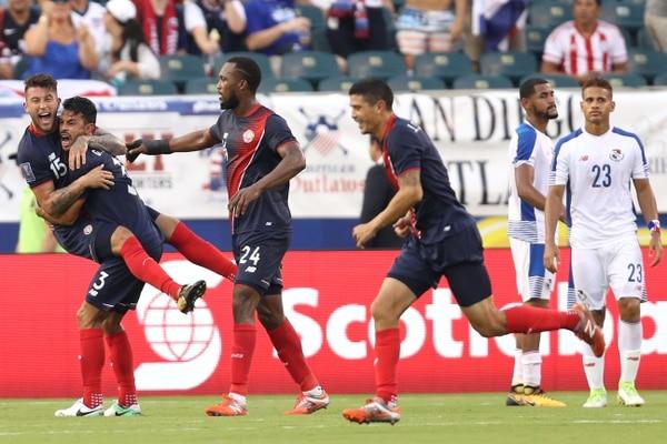 Francisco Calvo, Giancarlo González, Kendall Waston y José Salvatierra celebraron el autogol que le dio el pase a Costa Rica en el juego contra Panamá.