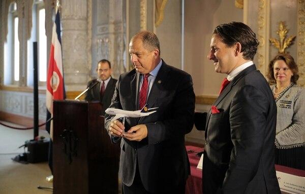 El presidente Luis Guillermo Solís estuvo en el anuncio del vuelo y recibió un obsequio de Tamur Goudarzi-Pour, de Lufthansa. | JEFFREY ZAMORA