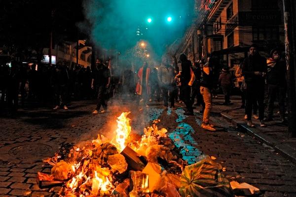 Protestas nocturna y paro total en La Paz, la capital política de Bolivia, tras el supuesto