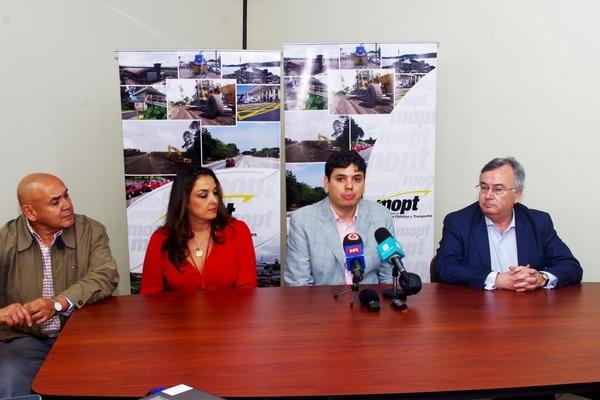 En marzo de 2016, Sebastián Urbina (segundo de izquierda a derecha), exviceministro de Transportes, dio una conferencia de prensa para anunciar que en julio del 2016 empezarían los viajes entre El Salvador y Costa Rica. Fotografía: ArchivoLN