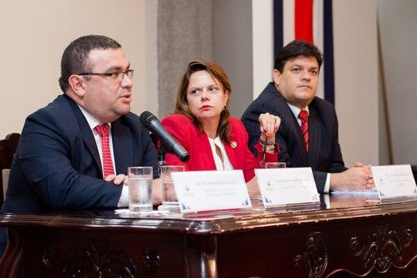 El viceministro de Hacienda, Fernando Rodríguez; la vicepresidenta de la República, Ana Helena Chacón, y el viceministro de la Presidencia, Daniel Soley.