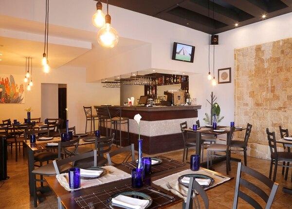 El restaurante Águila y Sol se ubica en el centro comercial La Paco, en Guachipelín de Escazú. Foto: Albert Marín.