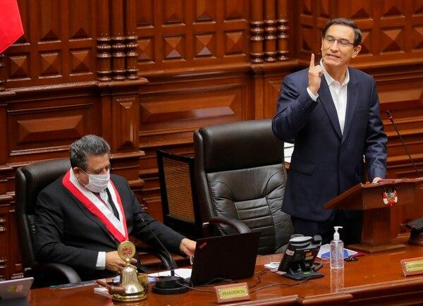 El presidente Martín Vizcarra (de pie) junto al presidente del Congreso, Manuel Marino, mientras presenta una declaración en el Congreso donde enfrenta un juicio político, en Lima, el 18 de setiembre del 2020. Foto: AFP