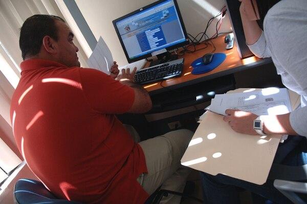 Tributación tendrá en sus oficinas a funcionarios encargados de orientar a los contribuyentes sobre cómo hacer la declaración de renta. Andrey Ulate ayuda a una persona a rellenar el formulario en el EDDI-7. | ARCHIVO/JOSÉ RIVERA