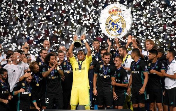 Keylor Navas con el trofeo de campeón de la Super Copa de la UEFA