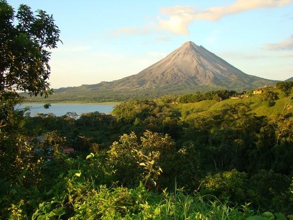 El volcán Arenal, ubicado en la Fortuna de San Carlos es un coloso dormido, de modo que puede retomar su actividad aunque no se puede saber cuándo.   CARLOS HERNÁNDEZ/ARCHIVO LN