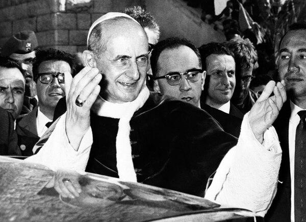 El papa Pablo VI abandonaba la basílica de la Anunciación en Nazaret, donde ofició una misa, como parte de su viaje a Tierra Santa en enero de 1964.