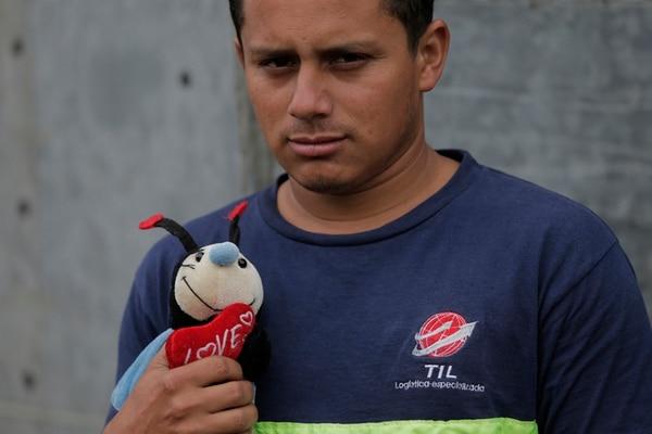 Jorge Guzmán mostró ayer al muñeco Pequi, que él le regaló a su hija, a quien apodan de la misma forma. La madre de la niña, Hellen Calvo, contó que las mascotas de Yerelyn son un perro, un gato y una gallina. En la operación de búsqueda participaron ayer 175 funcionarios.   ALBERT MARÍN