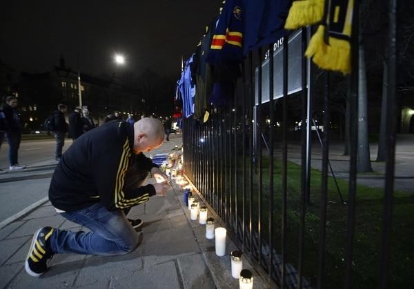 Aficionados de diferentes clubes de fútbol de Suecia llegaron con flores y con velas al estadio Estocolmo para rendir tributo a un hincha del Djurgarden, quien murió agredido por fanáticos del Helsingborg.