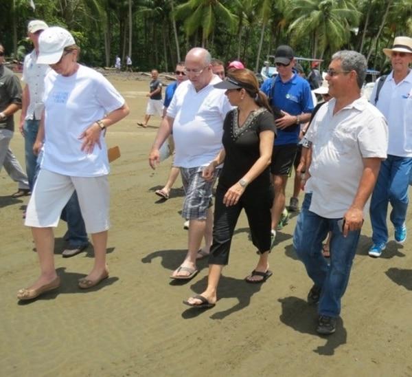 La presidenta y los ministros Mayi Antillón (de blanco) y Carlos Roverssi (centro) tomaron previsiones para hacer el tour . | ALFONSO QUESADA PARA LN