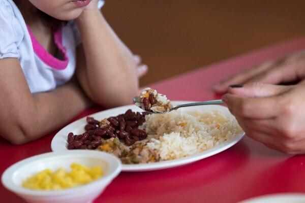 Almuerzo en el Cen-Cinái de Curridabat este lunes.