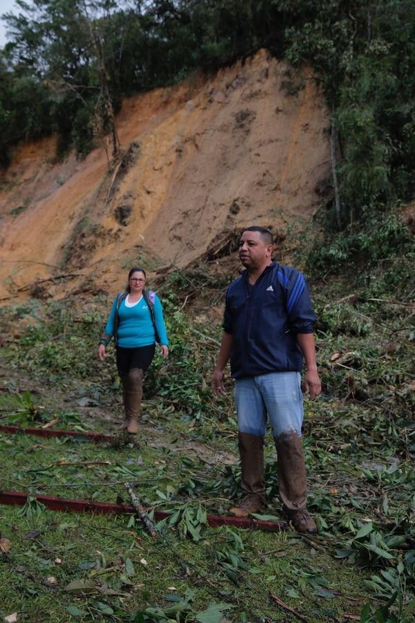 Eliécer Venegas y Yahaira López también decidieron emprender camina. Aquí avanzaban por el sector de La Cangreja.