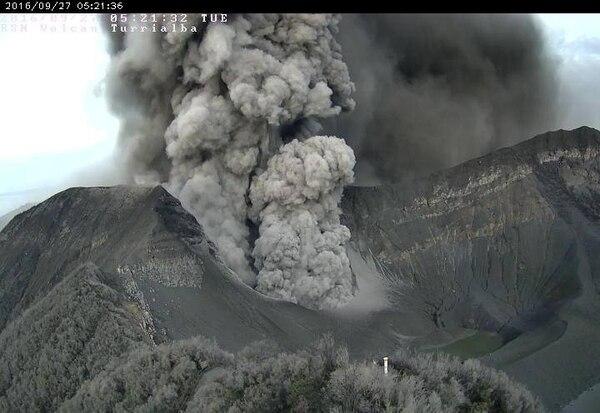 El volcán Turrialba mantiene una actividad continua desde este lunes a las 12:42 p. m.