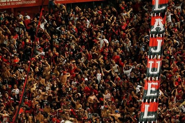 Alajuelense le hace un llamado a su afición para que se quede en casa, lo cual ayudará a que más pronto todos puedan volver al estadio. Fotografía: Mayela López
