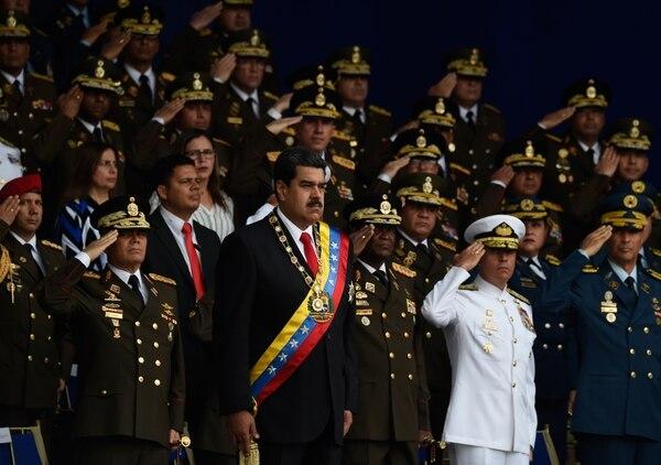 El presidente venezolano, Nicolás Maduro durante la celebración del 81 aniversario de la Guardia Nacional en Caracas. Una fuerte explosión interrumpió el discurso de Maduro durante la ceremonia militar. Foto: AFP