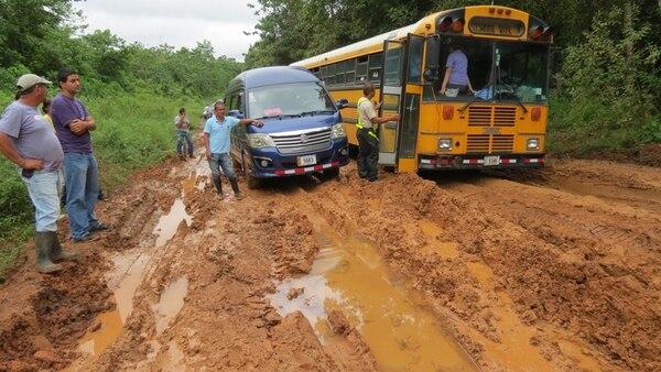 Las lluvias deterioraron la vía que comunica Los Chiles con el pueblo de Medio Queso. Ayer, este bus escolar quedó atascado. | CARLOS HERNÁNDEZ.