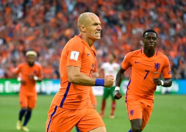 El atacante de Holanda Arjen Robben celebra su anotación en la victoria 3-1 ante Bulgaria.