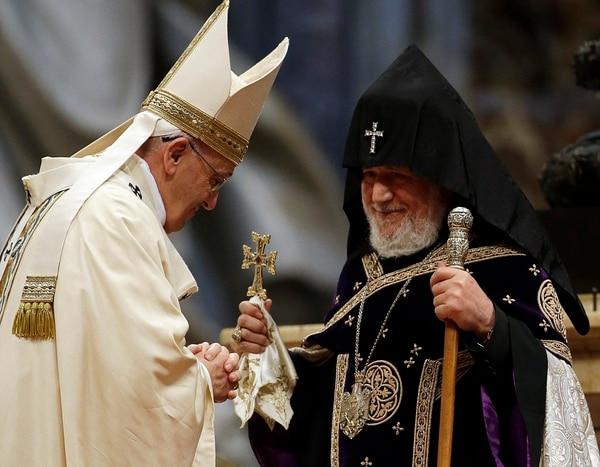 El papa Francisco es recibido por el jefe de la Armenia Ortodoxa de la Iglesia Karekin II , durante una misa con motivo de la conmemoración del 100 aniversario del Genocidio Armenio, en la Basílica de San Pedro, en el Vaticano.