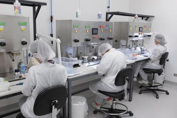 La exportación de implantes mamarios se convierte en la estrella de las ventas costarricenses a China y se estima que se fortalecerá en próximos años. Se vislumbra que las oportunidades están en productos industrializados. Aquí la as instalaciones de Establishment Labs. Foto:: Andrés Arce / GN.