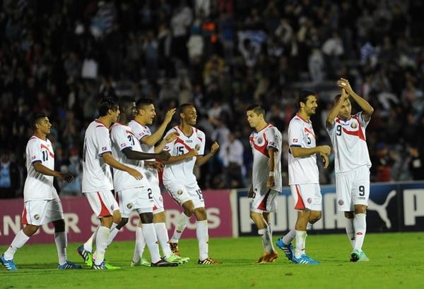 Los jugadores de la Selección Nacional festejan su triunfo de anoche ante Uruguay en el Estadio Centenario, en Montevideo.   AFP