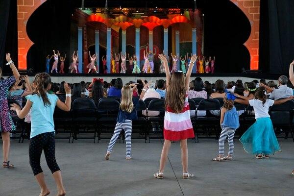 Niñas de varias edades simulan ser los protagonistas y los imitan desde las butacas. Así saludaron al final del ballet. Fotos: Mayela López