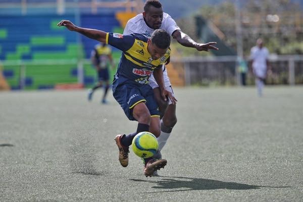 El jugador de la UCR Marvin Vallecilla marca al atacante de Guadalupe Daniel Quirós. / Fotografia: John Durán