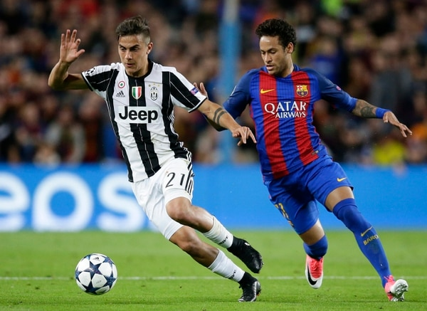 Paulo Dybala (izquierda) condujo el balón ante la marca de Neymar.
