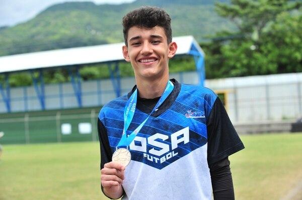 El guardameta Leonardo Quirós, es oriundo de Osa, pero juega con el equipo de Heredia con escasos 15 años. Fotografía. Juan Diego Villarreal