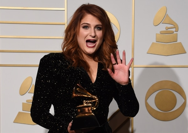 Meghan Trainor recibió su primer premio Grammy con apenas 22 años. Esa noche también homenajeó a Lionel Richie. Foto: AFP.