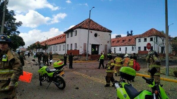 Hubo una intensa movilización de socorristas y autoridades en la escuela policial en Bogotá, este jueves 17 de enero del 2019.