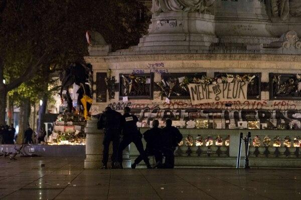 La policía francesa entró en alerta ante el pánico desatado en Plaza Republique en el centro de París.