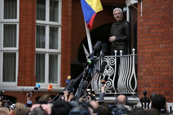 Julian Assange dio declaraciones a los periodistas desde el balcón de la Embajada de Ecuador en Londres, donde está refugiado desde el 2012.
