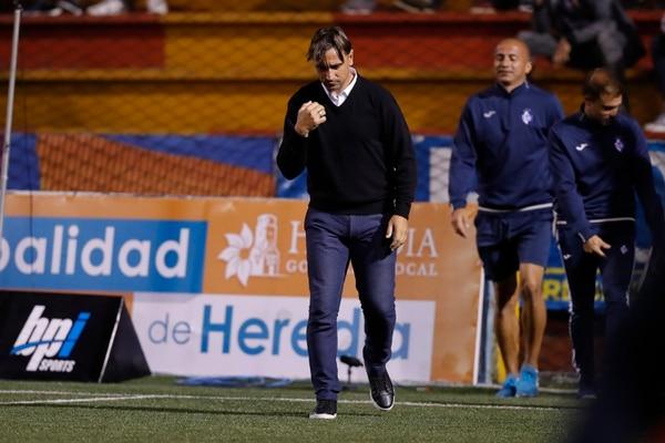 Martín Arriola, técnico de Cartaginés, no estuvo al borde de la línea de cal en el partido ante Alajuelense porque estaba expulsado. Fotografía de archivo: José Cordero