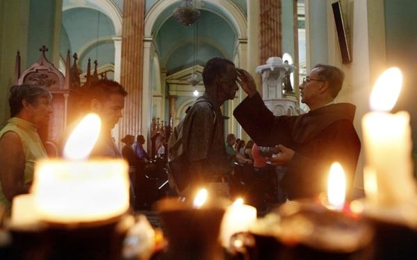 Un grupo de personas asistió a la ceremonia de imposición de la ceniza en una iglesia de la ciudad de Cali, Colombia, el miércoles 18 de febrero del 2015. Foto: AP
