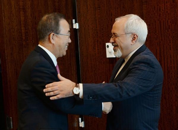 El canciller iraní, Javad Zarif (der.), se reunió el jueves con el secretario general de la ONU, Ban Ki-moon. | AFP.