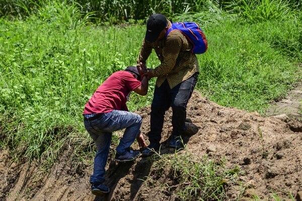 Guatemaltecos que lograron ingresar a México tomaron un atajo para tratar de evadir a las autoridades mexicanas en las afueras de la localidad de Huixtla, estado de Chiapas.