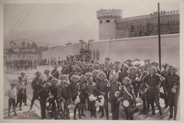 Las fotografías, algunas inéditas, son parte de la muestra. En la imagen, soldados y rescatistas durante la guerra civil de 1948 situados al costado este del Cuartel Bellavista.