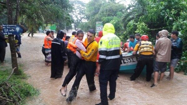 Cuerpos de socorro trabajaron incansablemente en todo el país. En la foto, en la atención de los afectados por las inundaciones en Guanacaste.