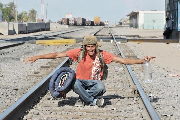 Un inmigrante se encuentra en el borde limítrofe con Estados Unidos. Cientos de mexicanos y centroamericanos son deportados por las autoridades estadounidenses.   EL UNIVERSAL