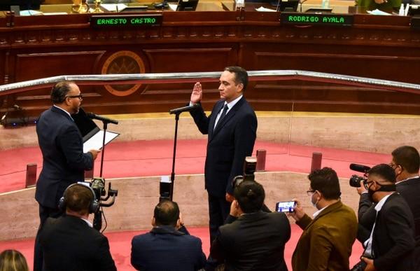 Rodolfo Delgado, recipen nombrado fiscal general de El Salvador, fue juramentado la noche del sábado 1.° de mayo, en la primera sesión plenaria del nuevo Congreso de El Salvador. Foto: AFP.