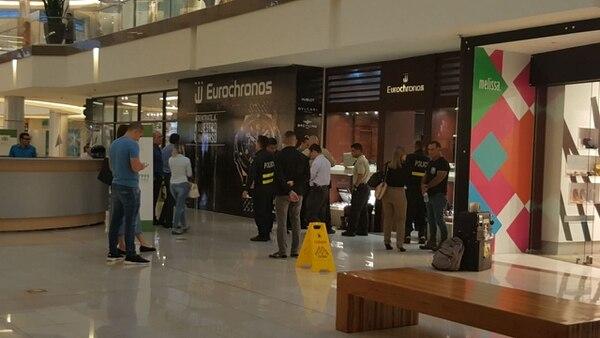 Policías y agentes buscaban evidencias del asalto en la joyería Eurocronos, en Multiplaza Escazú.